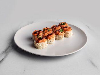 Запеченный ролл с салатом и лососем